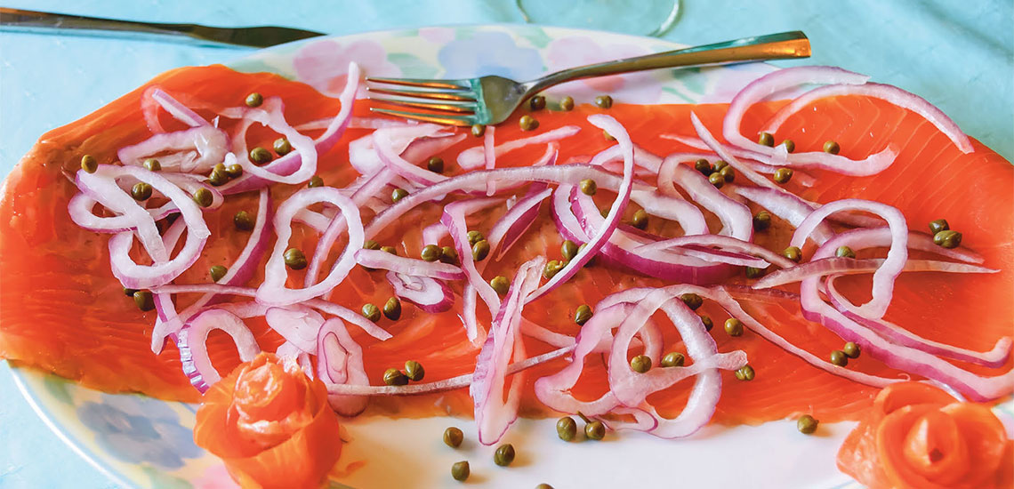 Marinated smoked salmon with red onion and green pepper