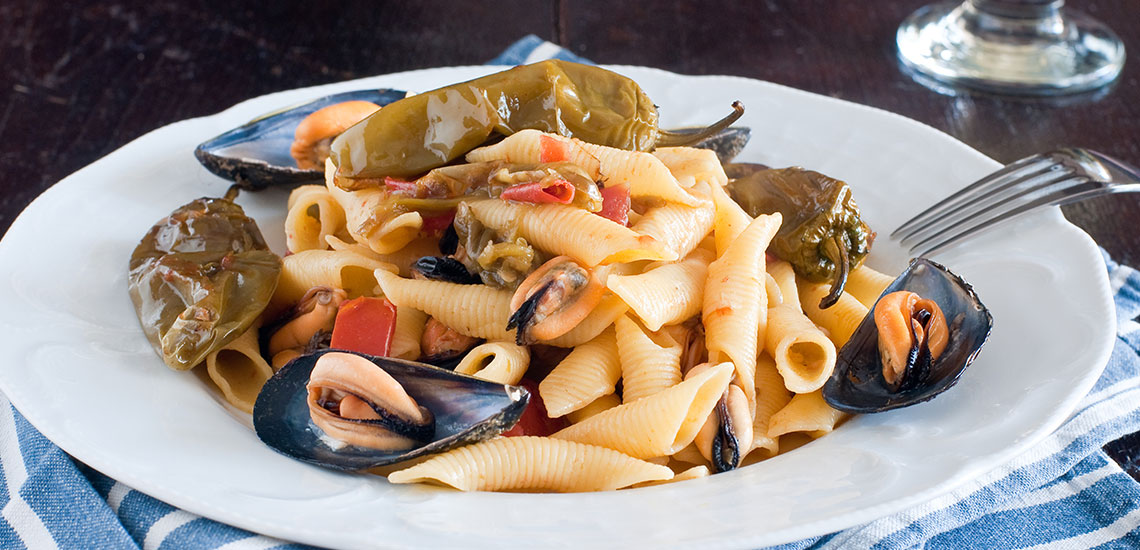 Pasta with friggitelli, mussels and tomatoes